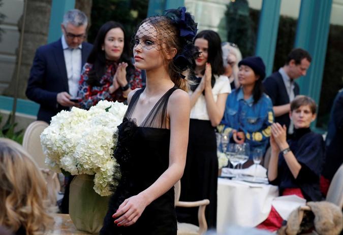 17-летняя дочь Джонни Деппа и Ванессы Паради вышла на подиум на показе Chanel фото 1