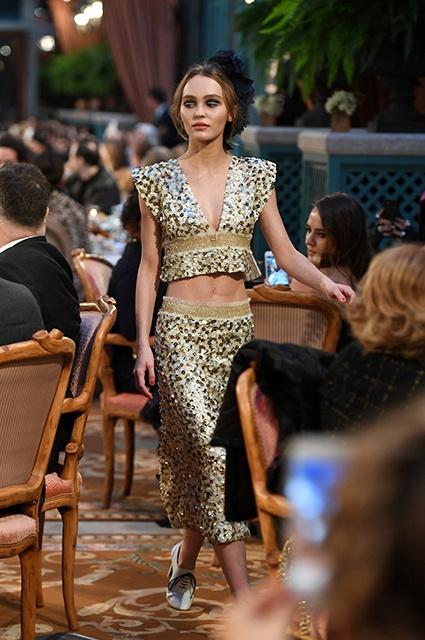 17-летняя дочь Джонни Деппа и Ванессы Паради вышла на подиум на показе Chanel фото 2