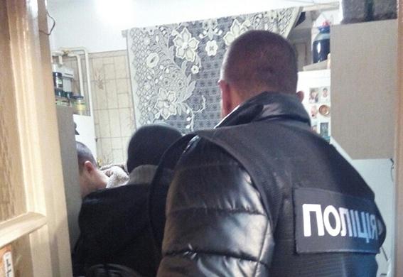 Киевлянин закрылся в квартире с несколькими трупами и застрелился фото 2