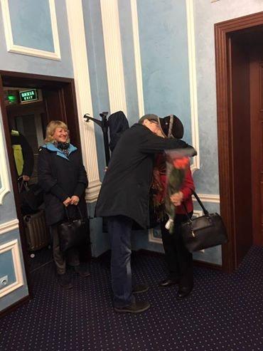 Владимира встретили мать и волонтеры.