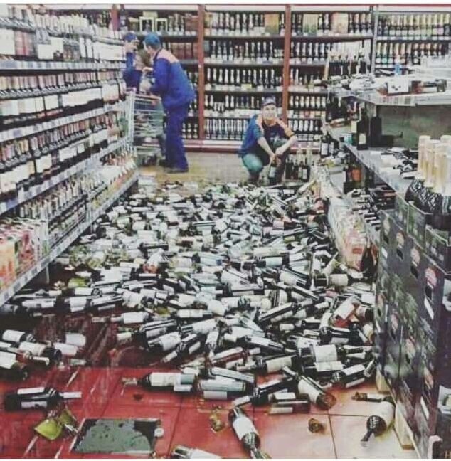 Сотрудникам пришлось спешно убирать бутылки.