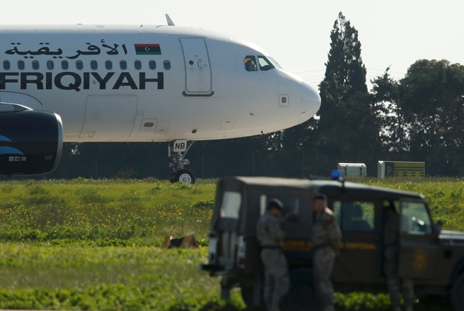 Захватчики ливийского самолета сдались после переговоров с руководством страны фото 1