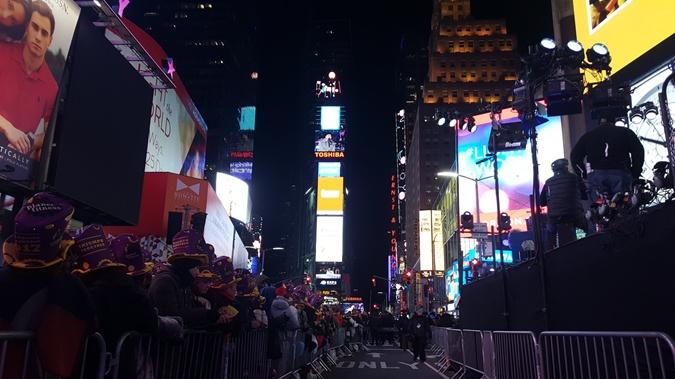 На Таймс-сквер в Нью-Йорке Новый год встретил миллион людей фото 1
