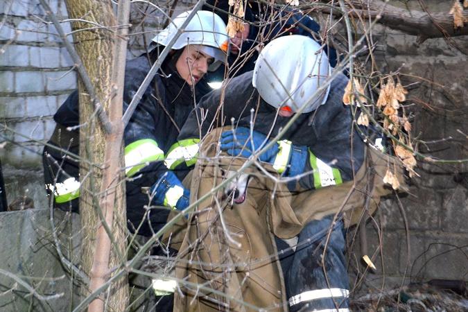 Днепровские cотрудники экстренных служб  помогли собаке, которая провалилась вяму