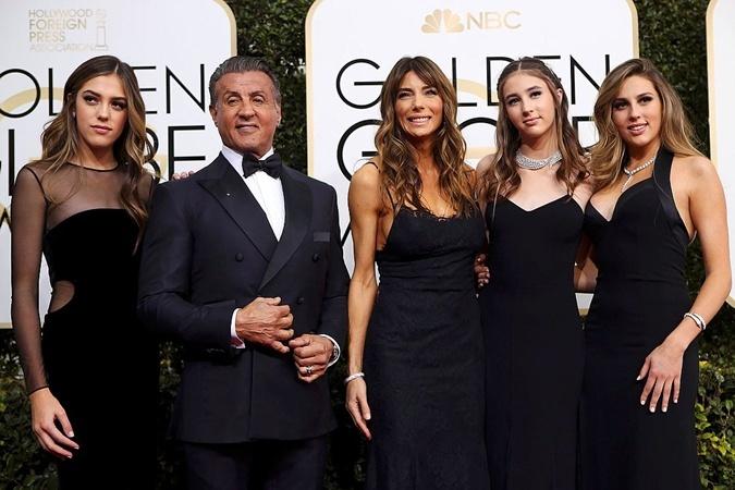 Сильвестр Сталлоне с женой Дженнифер Флавин и дочками на вручении