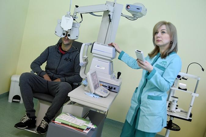 Ордец проверяет зрение. Фото: shakhtar.com