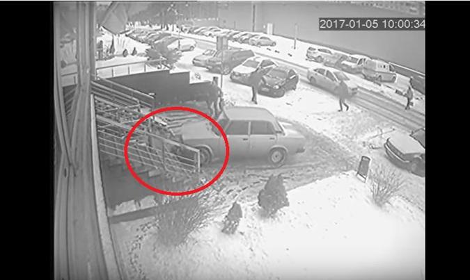 Девушка оказывается под колесами авто.