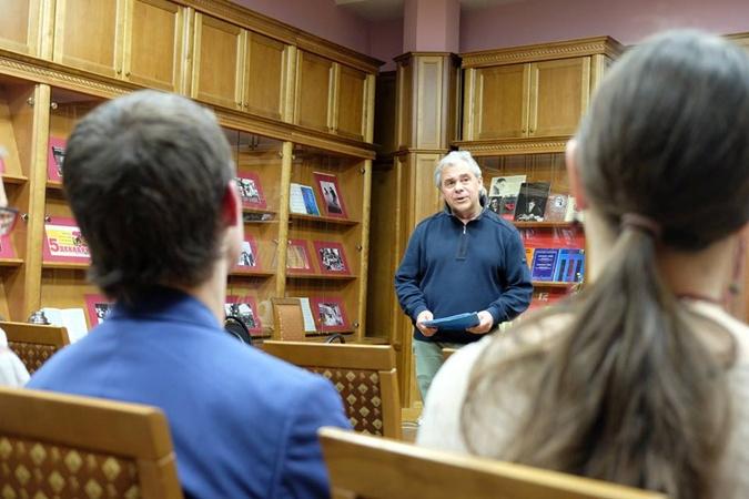 Бывiий замдиректора Николай Изюмов считает, что выпускники ему за что-то мстят.