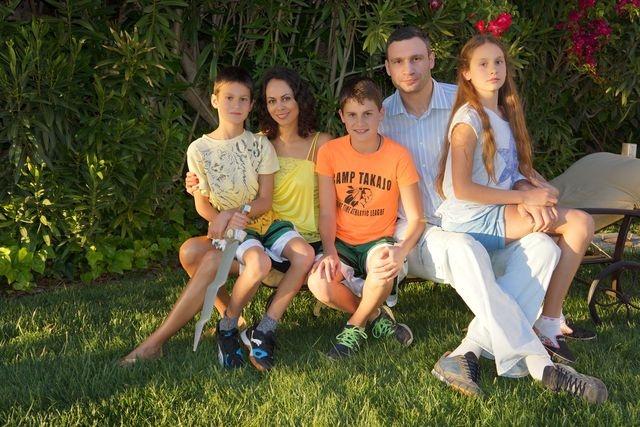 Дети Виталия Кличко: Егор-Даниэль, 16 лет, Елизавета-Виктория, 13 лет, Максим, 11 лет.