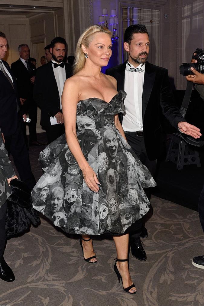 Актриса выбрала платье в винтажном стиле.