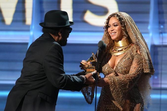 Бейонсе получает награду за лучший современный альбом.