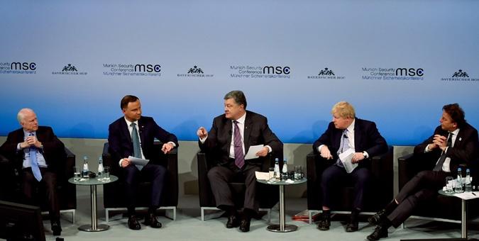 Анджей Дуда и Борис Джонсон одобрительно кивали во время выступления Порошенко.