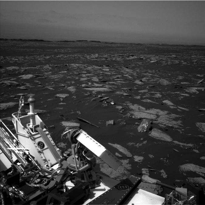 В центре снимка яркий объект, который вызвал бурю обсуждений. Фото: mars.jpl.nasa.gov
