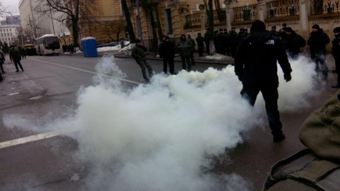 Под Радой националисты бросали в правоохранителей дымовые шашки фото 1