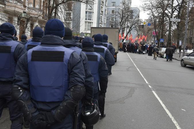 Бойцы Нацгвардии охраняют правительственный квартал.