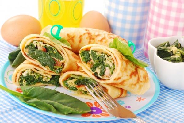 Блины с яйцом, помидорами и шпинатом. Фото: depositphotos.com