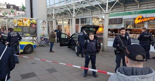 В Германии машина врезалась в толпу людей, есть пострадавшие фото 1