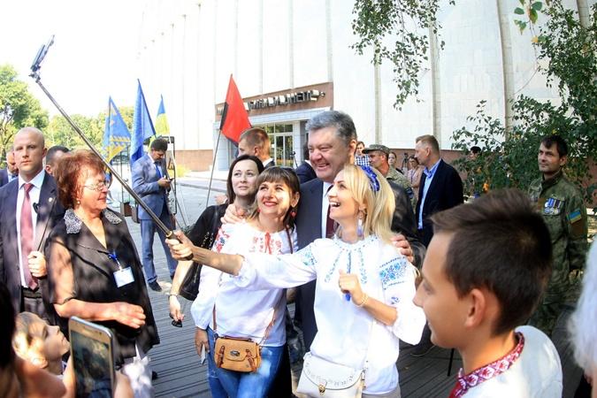 Порошенко сказал, скольким раненым украинским военным спасли жизни вДнепре