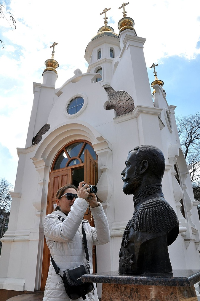После заявления Поклонской к бюсту Николая II совершали