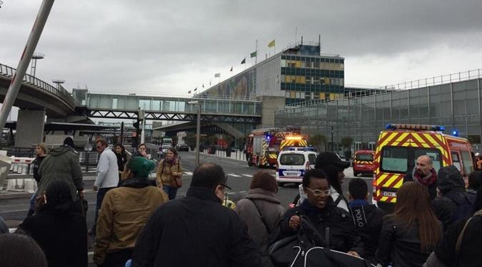 Впарижском аэропорту Орли неизвестный напал навоенный патруль