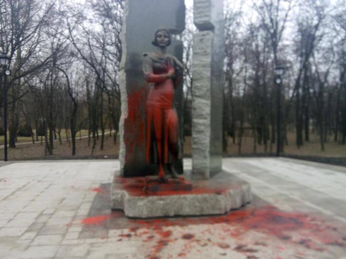 ВКиеве неизвестные облили краской монумент активистке Организации украинских националистов