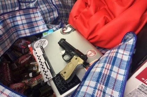 В Киеве юнцы ограбили магазин с помощью игрушечного пистолета фото 1
