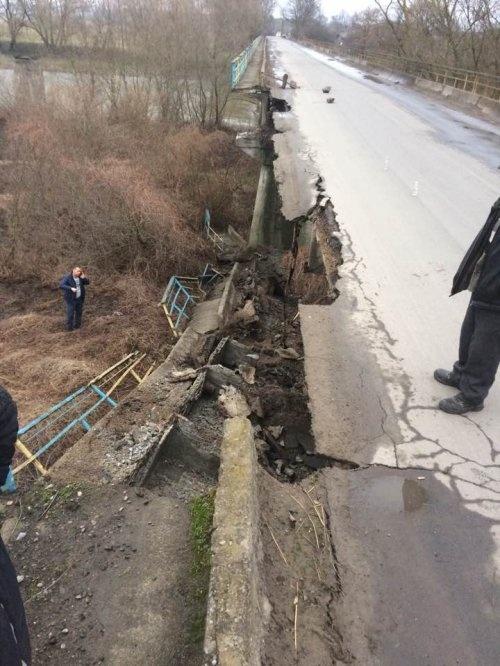 Во Львовской области частично обрушился мост через Днестр фото 1