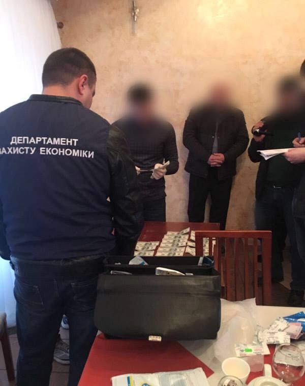 Силовики задержали вкафе депутата и«отобрали» взятку