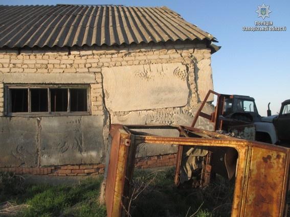 Пленники сидели в одном из сельскохозяйственных ангаров. Фото: ГУНП Украины в Запорожской области
