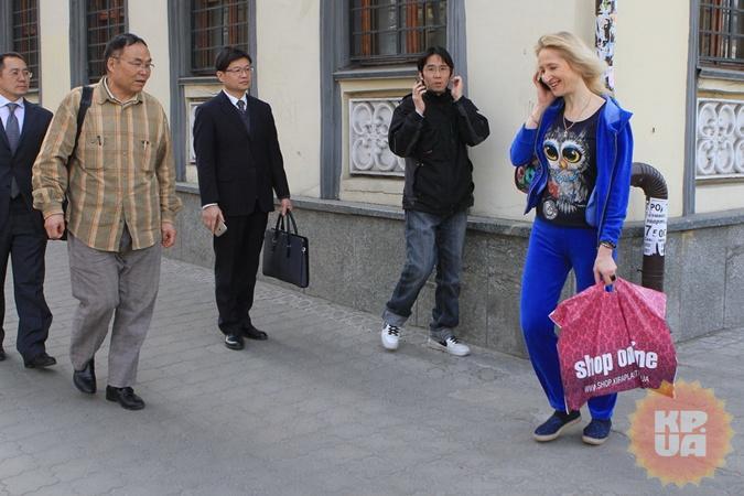 Китайские женихи уже рассматривают блондинок на улицах Днепра.