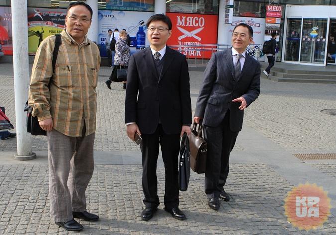 (Слева направо) Гао Сы, Шю Кан и Ван Син Мау надеются устроить в Украине свою холостяцкую судьбу.