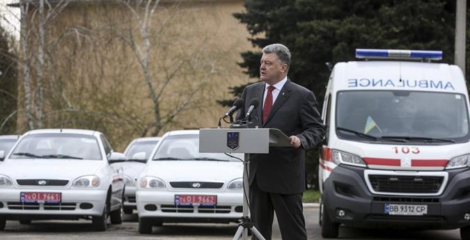 Порошенко передал Лугаснкой области реанимобили. Фото: пресс-служба