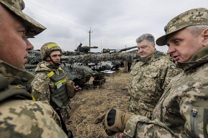 Порошенко на месте дислокации танковой бригады. Фото: пресс-служба