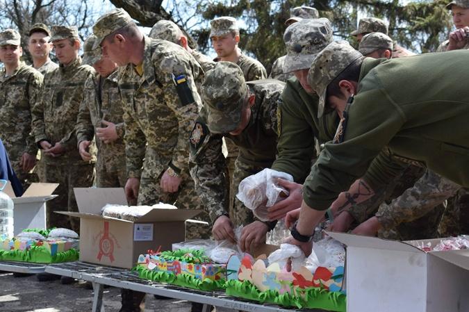 Паски освятили и в зоне АТО. Фото: facebook.com/ato.news