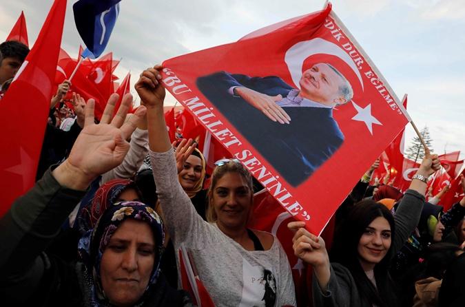 Ранее сторонники Эрдогана отпраздновали победу президента.