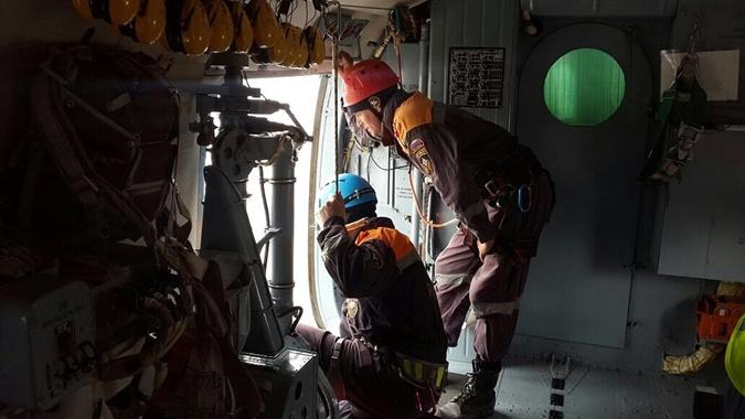 Судно с 9-ю украинцами на борту разломало пополам гигантской волной фото 1