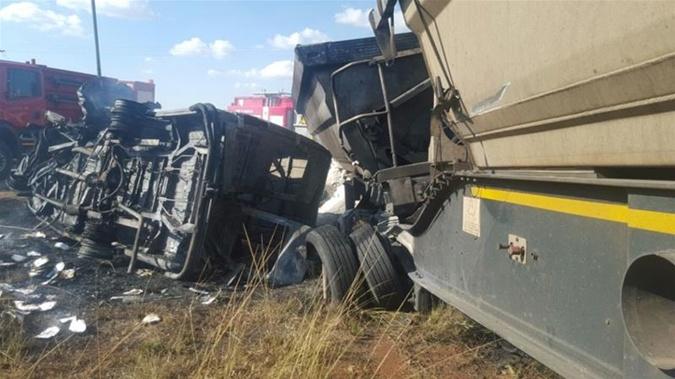 В ЮАР микроавтобус врезался в грузовик, погибли 20 детей фото 1