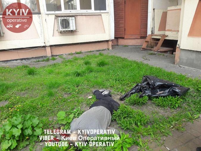 В Киеве мужчина выпрыгнул с балкона на 16 этаже фото 2