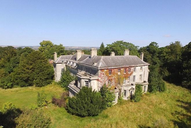 Деревню сдомами ипабом продали вБритании за25 млн долларов