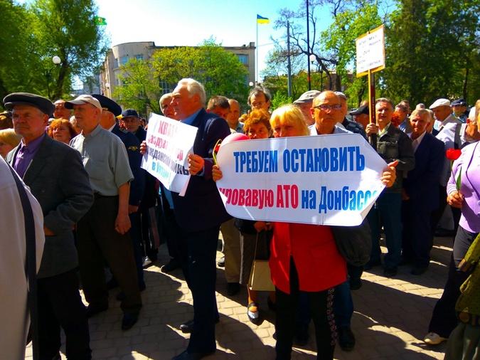 Участники первомайской демонстрации в Харькове.