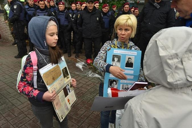 Участники марша с портретами воевавших родственников.