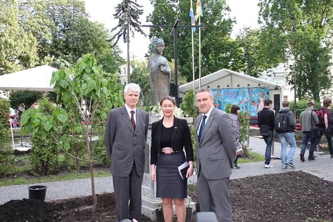 Послы Фрации - Изабель Дюмон, Бельгии - Люк Якобс и Швейцарии - Гийом Шойрер позируют на фоне памятника Анны Киевской.