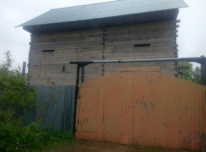 Дом Егорова огорожен высоченным забором из гофрированных стальных листов. Фото: Игорь ДОКУЧАЕВ