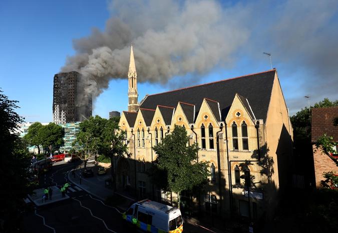 Такого пожара в Лондоне не было 30 лет: что известно о многоэтажке, которую не могут потушить    фото 1