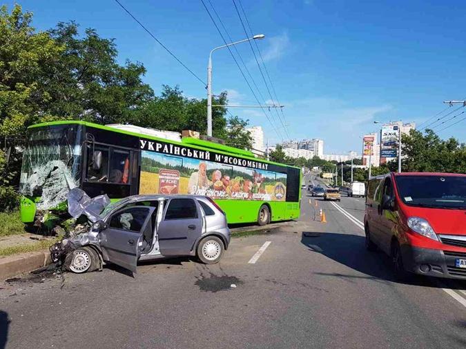 ВХарькове столкнулись троллейбус илегковушка: Один человек умер, пятеро травмированы