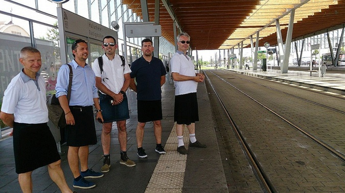 Французские водители общественного транспорта протестуют против жаркой форменной одежды.