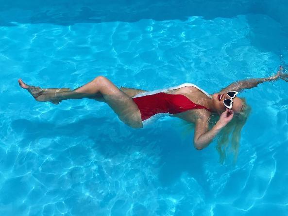 Кристина Агилера показывает всему миру шикарную грудь. Фото: Инстаграм звезд