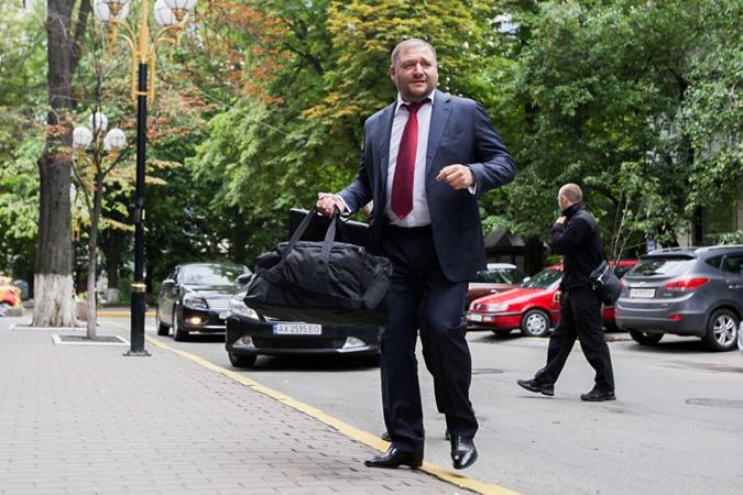 Добкин взял с собой сумку с вещами.