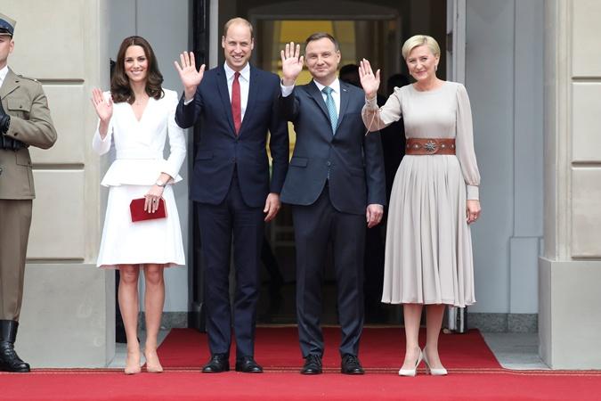 Принц Уильям и Кейт Миддлтон прилетели в Польшу с повзрослевшими детьми  фото 3
