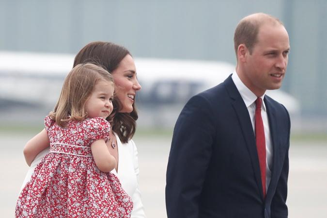 Принц Уильям и Кейт Миддлтон прилетели в Польшу с повзрослевшими детьми  фото 2
